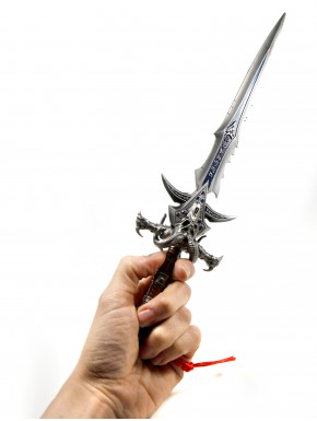 World of Warcraft replica Frostmourne expositor