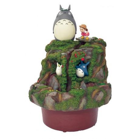 Fuente ornamental Totoro y Mei en el jardín