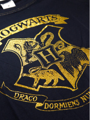 Camiseta chica Harry Potter escudo Hogwards dorado